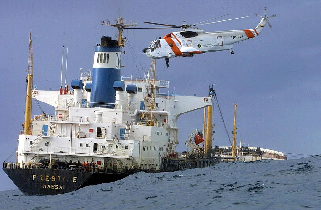 14/11/2002 <br>Un helicóptero de Salvamento sobrevuela el «Prestige» un día después de lanzar el SOS <br>José Manuel Casal