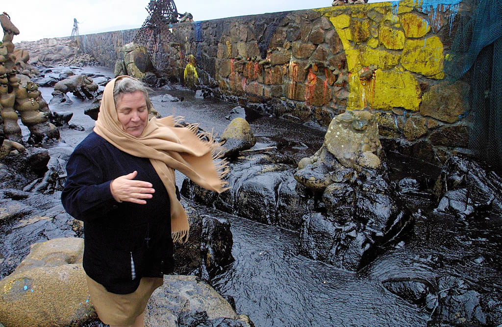 16/11/2002 <br>Tres días después de que el «Prestige» lanzase el SOS, las primeras manchas de fuel llegan a la costa y arrasan el museo de Man en Camelle <br>José Manuel Casal