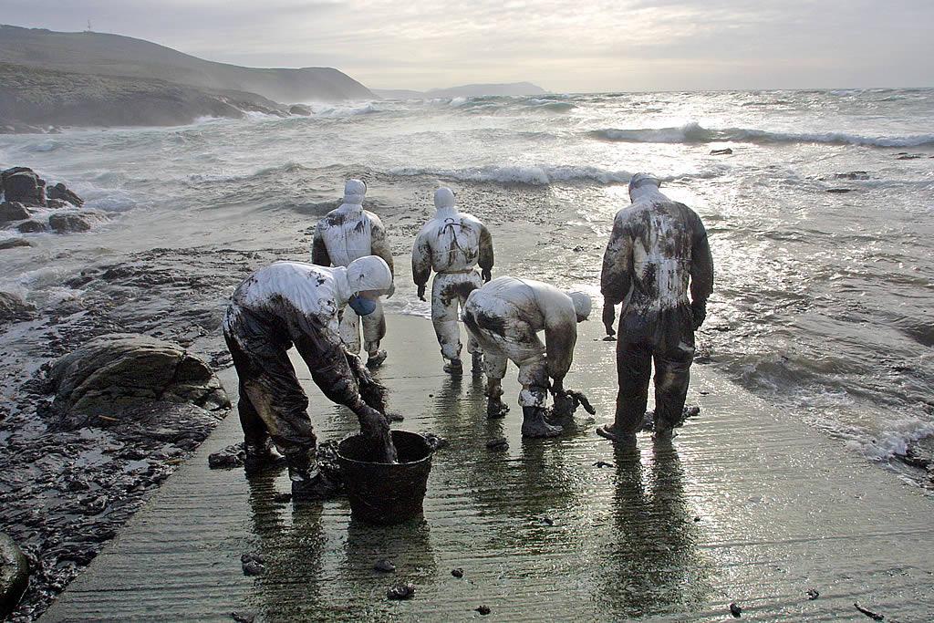 22/12/2002 <br>Voluntarios en cabo Touriñán al final de una jornada de trabajo <br>Álvaro Ballesteros