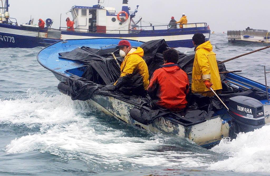 04/12/2002  <br>Es lo más parecido a una guerra. Las «pulpeiras» descargan el chapapote en los barcos de batea, convertidos en pequeños petroleros <br>Vítor Mejuto