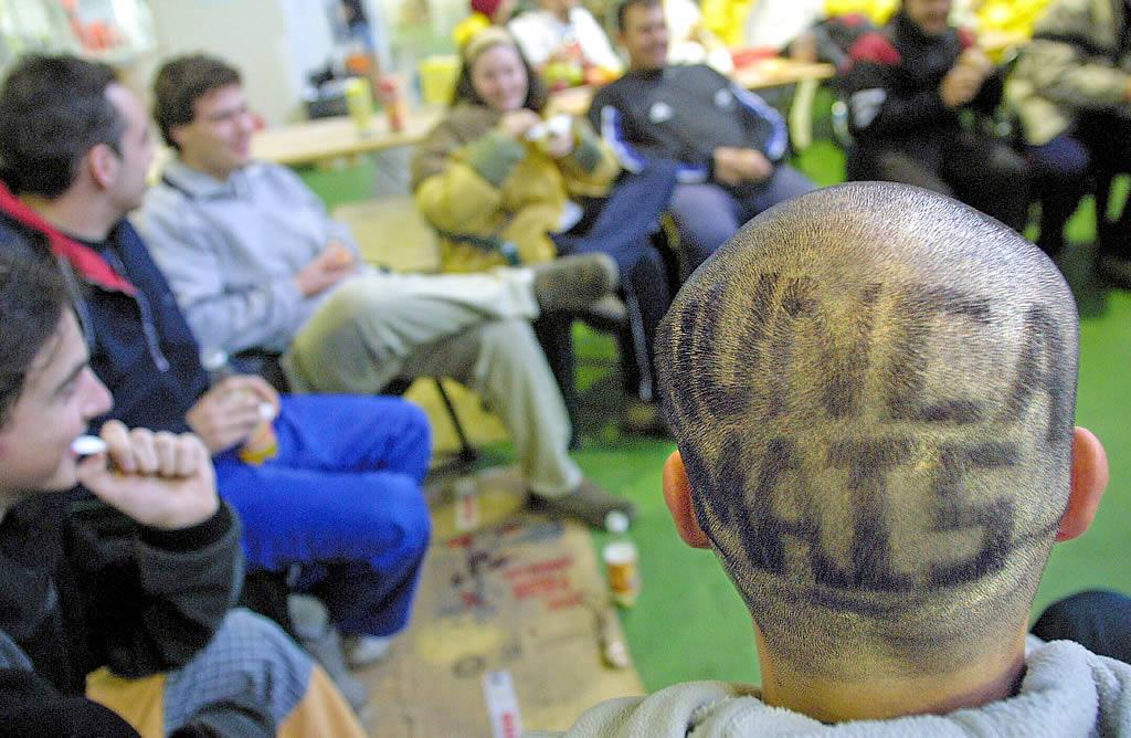 14/12/2002 <br>Lonja de O Grove. Voluntarios de todo el país acudieron a socorrer al pueblo gallego <br>Martina Miser