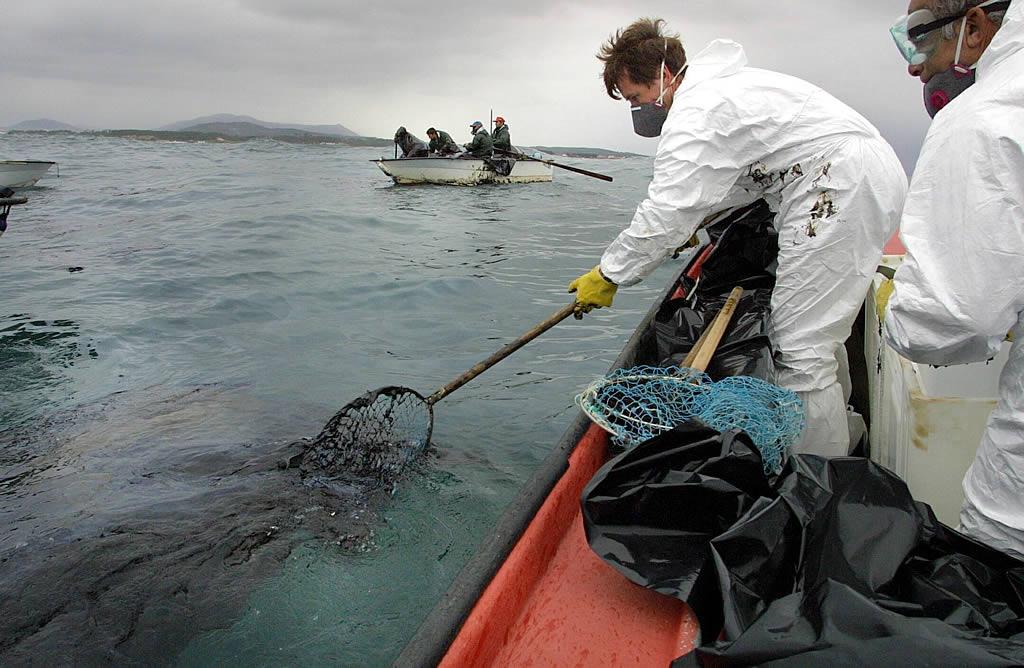 03/12/2002 <br> Mariscadores de Aguiño recogen fuel en el área comprendida entre Aguiño (Ribeira) y la isla Sagres  <br>Simón Balvís