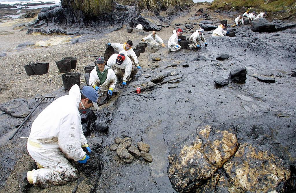 20/12/2002 <br>Voluntarios de la cofradía de Porto do Son extraen fuel de la zona rocosa de Caamaño  <br>Simón Balvís