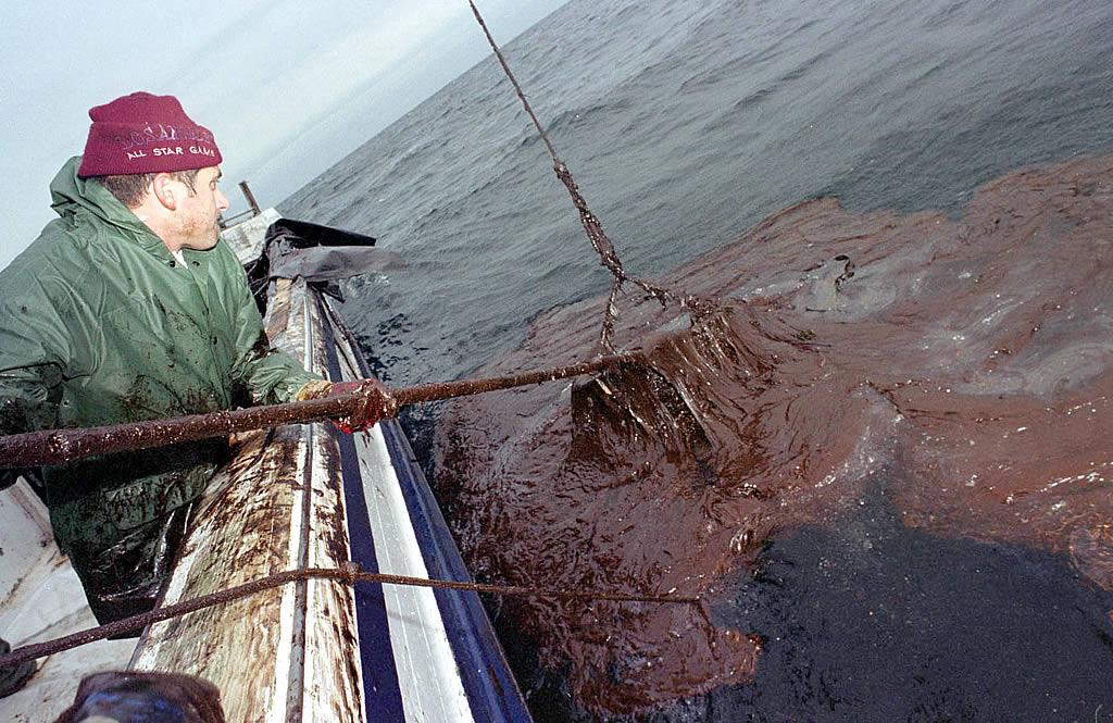 16/12/2002 <br> Marineros del barco de cerco «María-Javier», de Portosín, pescan chapapote en la ría de Muros <br>Álvaro Ballesteros