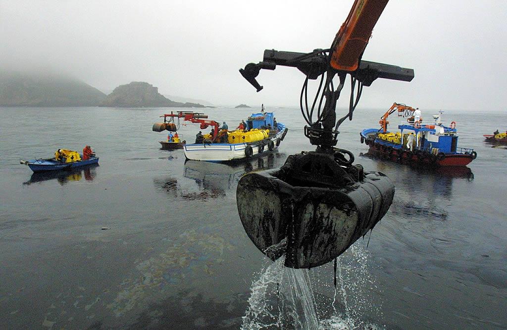 4/12/2002 <br>Numerosos barcos de toda la ría de Pontevedra acuden hacia el archipiélago de Ons para recoger las enormes manchas de fuel traídas por la corriente <br>Xoán Carlos Gil
