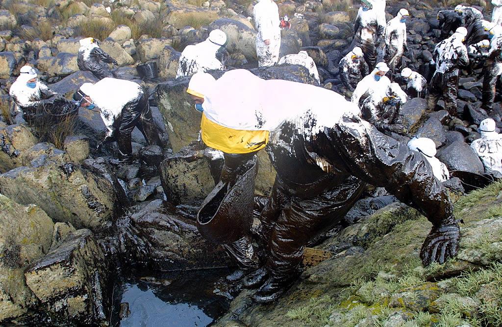 19/12/2002 <br>La Guardia Real trabaja para limpiar el fuel en Corrubedo  <br>Simón Balvís