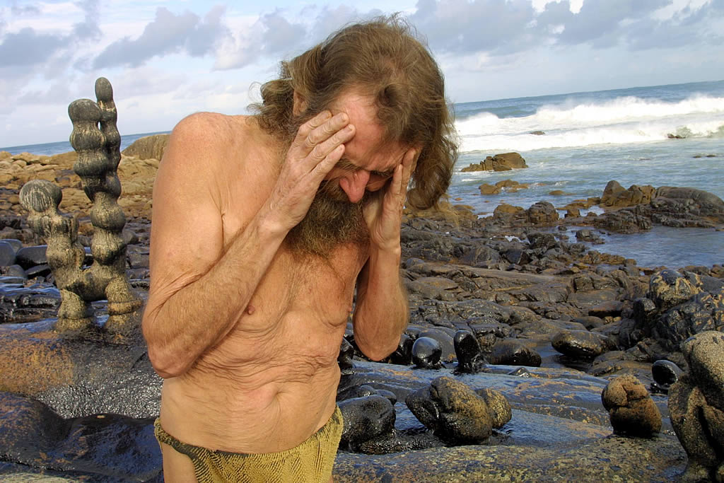 22/11/2002 <br>Man muestra todo su dolor después de que la mancha de chapapote haya destrozado su museo en Camelle  <br>José Manuel Casal