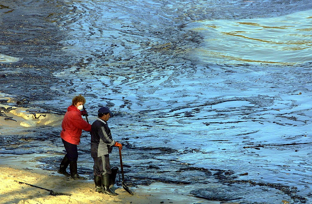 5/12/2002 <br>Dos voluntarios se disponen a limpiar el fuel que «asfaltaba»  la playa de As Dornas en la isla de Ons <br>Xoán Carlos Gil