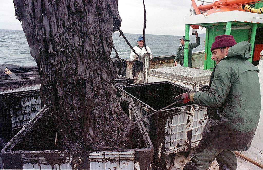 16/12/2002 <br />Marineros del cerquero «María-Javier», de Portosín, depositan en contenedores el fuel recogido en la ría de Muros <br />Álvaro Ballesteros