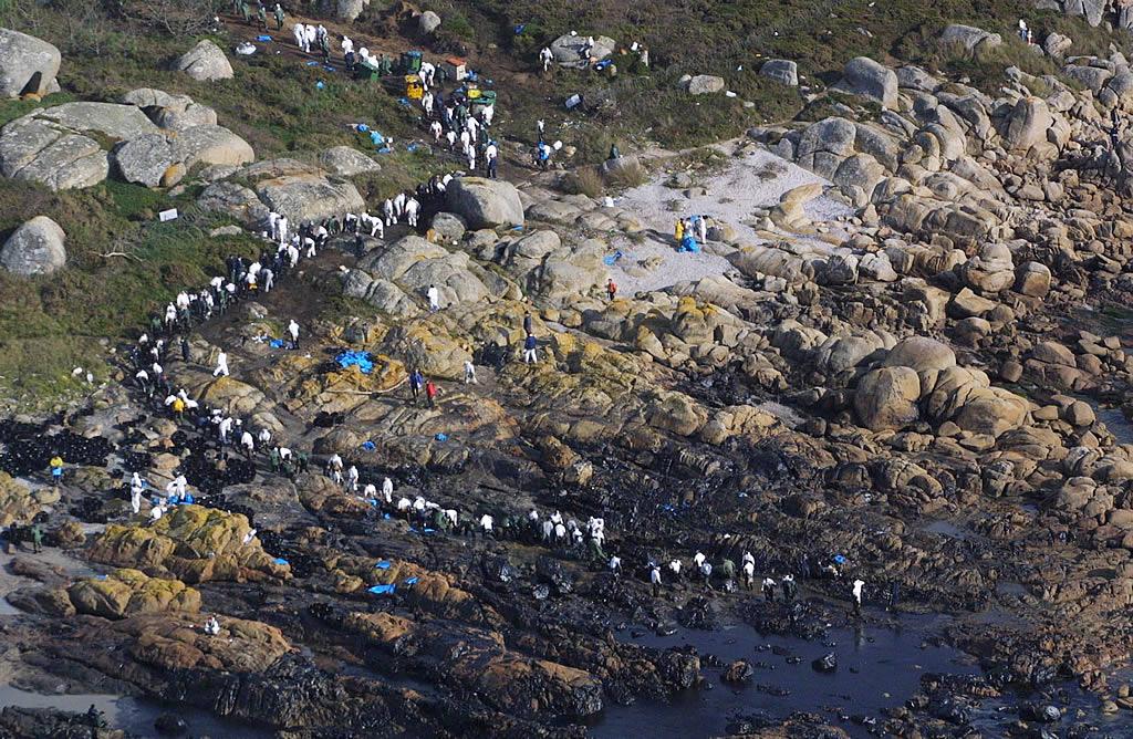 05/12/2002 <br>Muy pronto los voluntarios se organizan en auténticas cadenas humanas. La playa grovense de Con Negro se convierte en un símbolo de resistencia <br>Vítor Mejuto