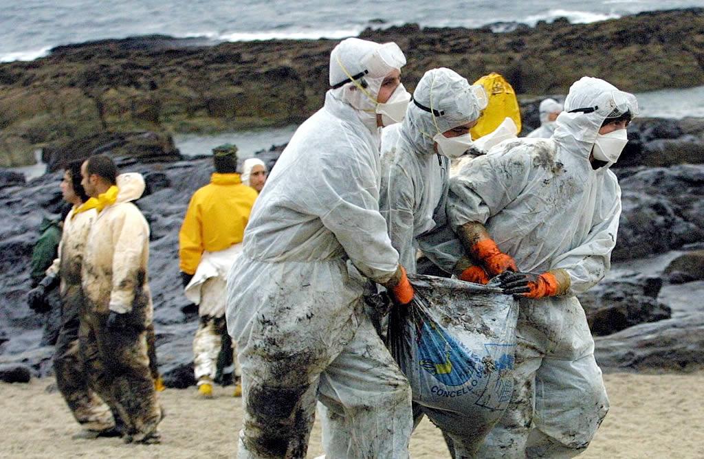 9/12/2002 <br>Voluntarios y militares de la armada recogen fuel en la playa de Canexol, en la isla de Ons <br>Xoán Carlos Gil