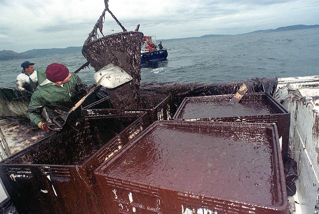16/12/2002 <br /> El barco de cerco «María-Javier», de Portosín, cargado de chapapote retirado del mar en la ría de Muros <br />Álvaro Ballesteros