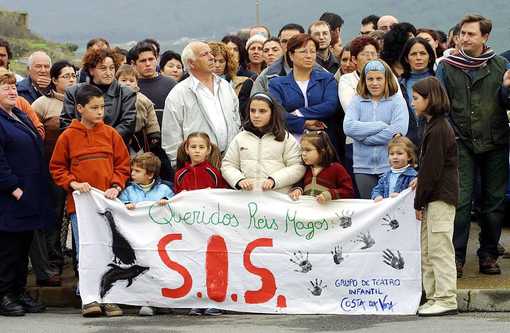 30/11/2002 <br>Los vecinos de Fisterra se manifiestan tras la catástrofe del «Prestige» <br>José Manuel Casal