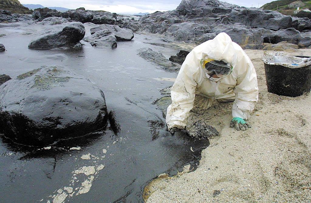 9/12/2002 <br>La playa de Canexol, en la isla de Ons, recibió a militares y voluntarios que ejercieron tareas de limpieza <br>Xoán Carlos Gil