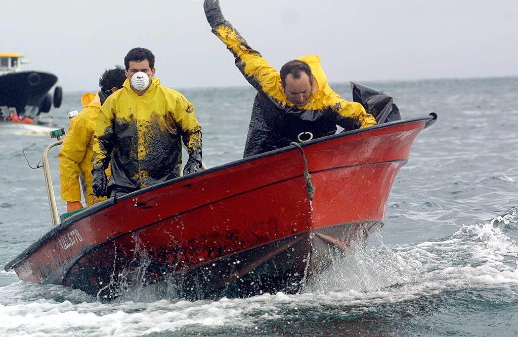 Marineros de la Ría de Arousa se lanzaron al mar para luchar contra el fuel <br>Vítor Mejuto