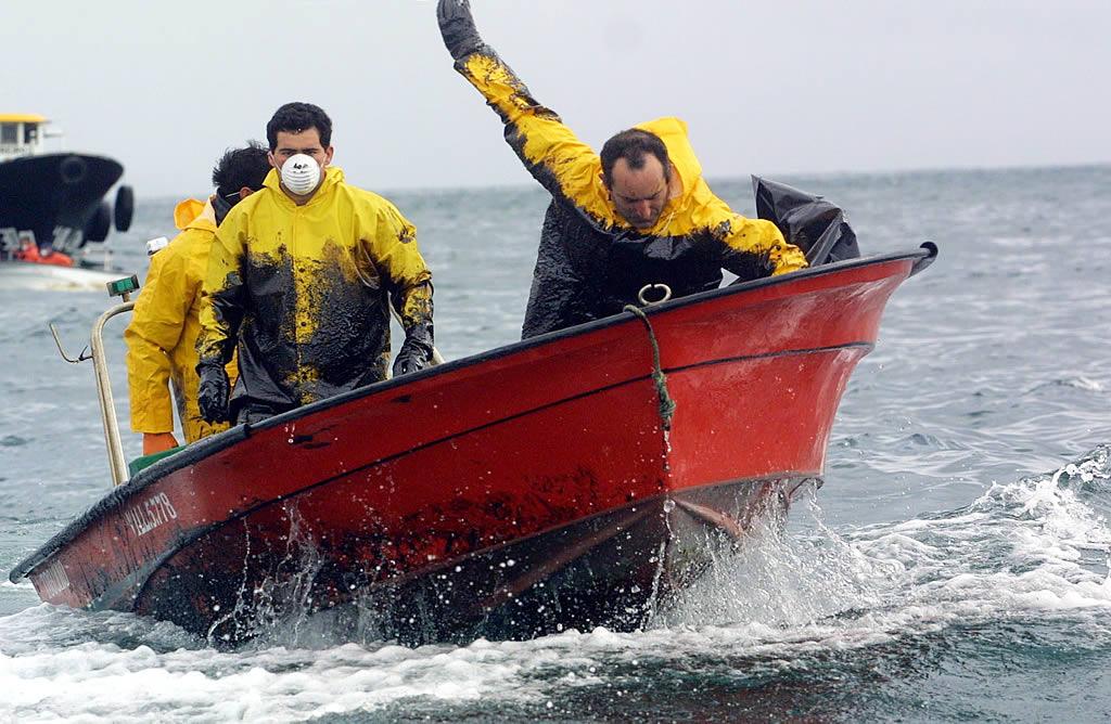 La lucha contra la entrada del fuel es encarnizada. Los marineros cabalgan a lomos de sus lanchas, la épica comienza a hacer su aparición.<br><b>Vítor Mejuto</b>