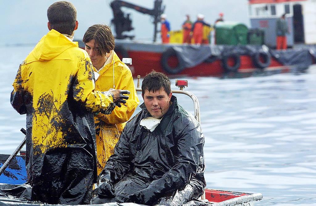 El chapapote comienza a cubrirlo todo. No todos los marineros tienen mascarillas y éstas comienzan a escasear. Los problemas respiratorios se suceden. <br><b>Vítor Mejuto</b>