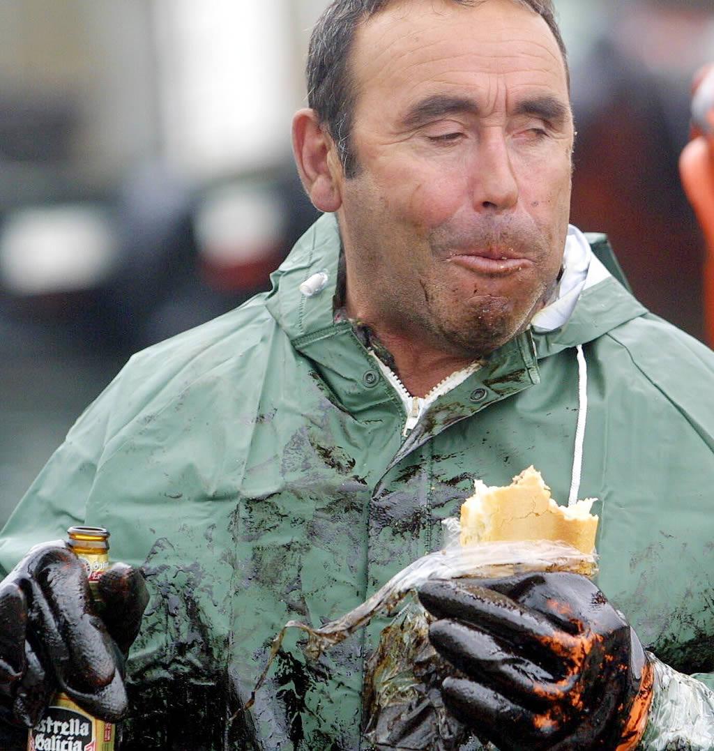 Este marinero ni se sacó los guantes para comer el bocadillo. No hay tregua al fuel. <br>Vítor Mejuto