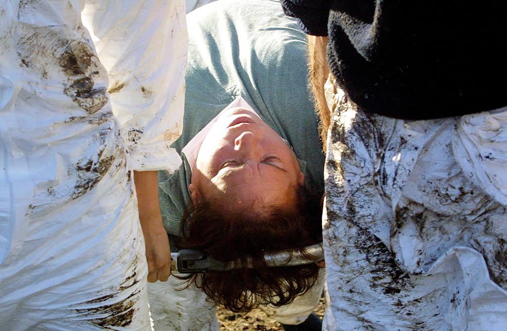 Algunos voluntarios tuvieron que ser atendidos tras inhalar los gases tóxicos que desprende el chapapote <br>Vítor Mejuto