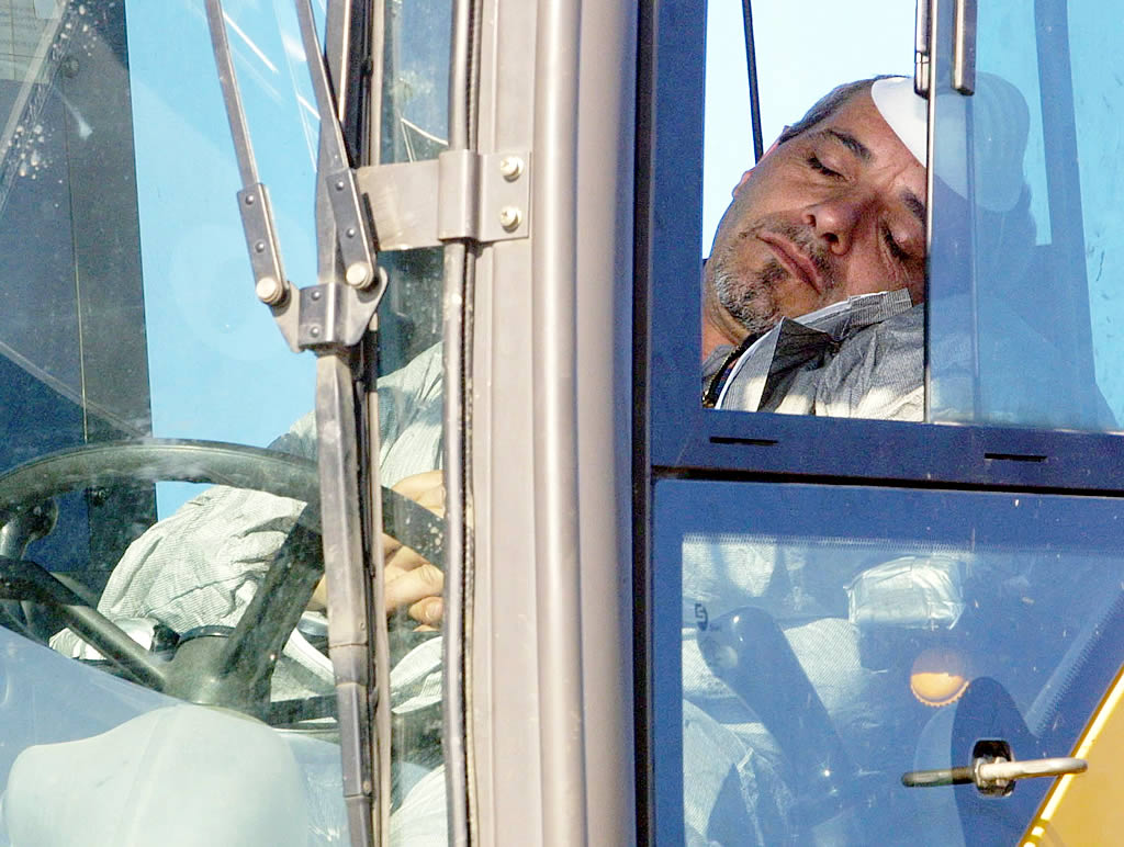 Un conductor de una grúa de O Grove se toma un respiro <br>Vítor Mejuto