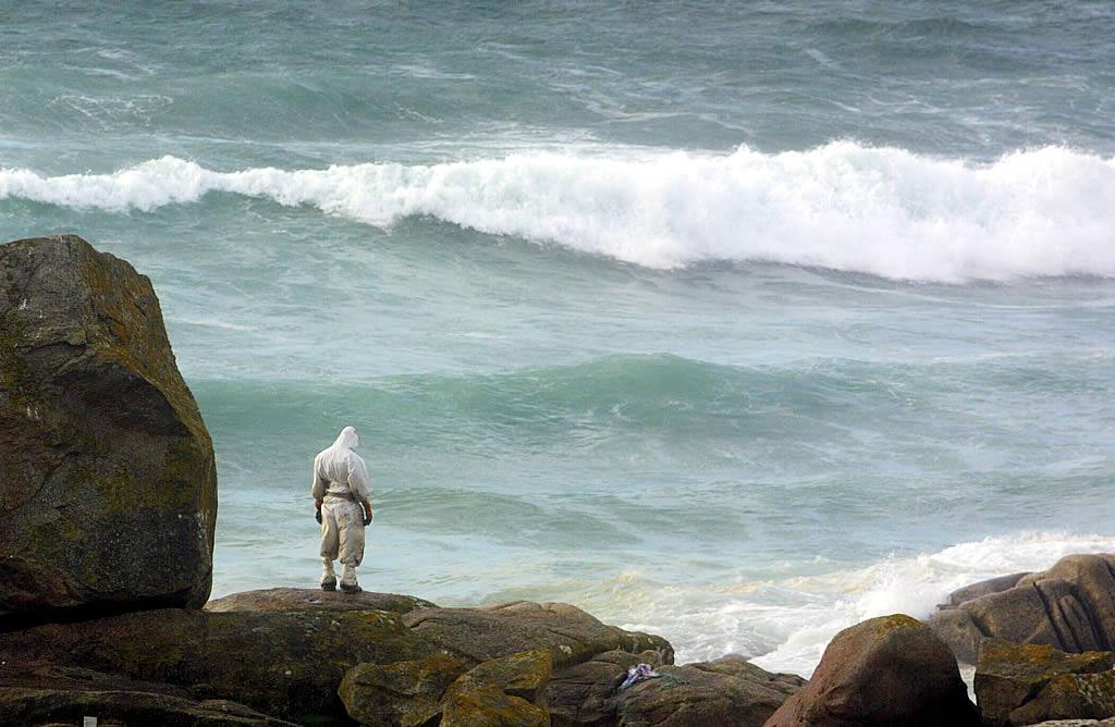 Un voluntario, en las rocas de A Lanzada. <br><b>Martina Miser</b>