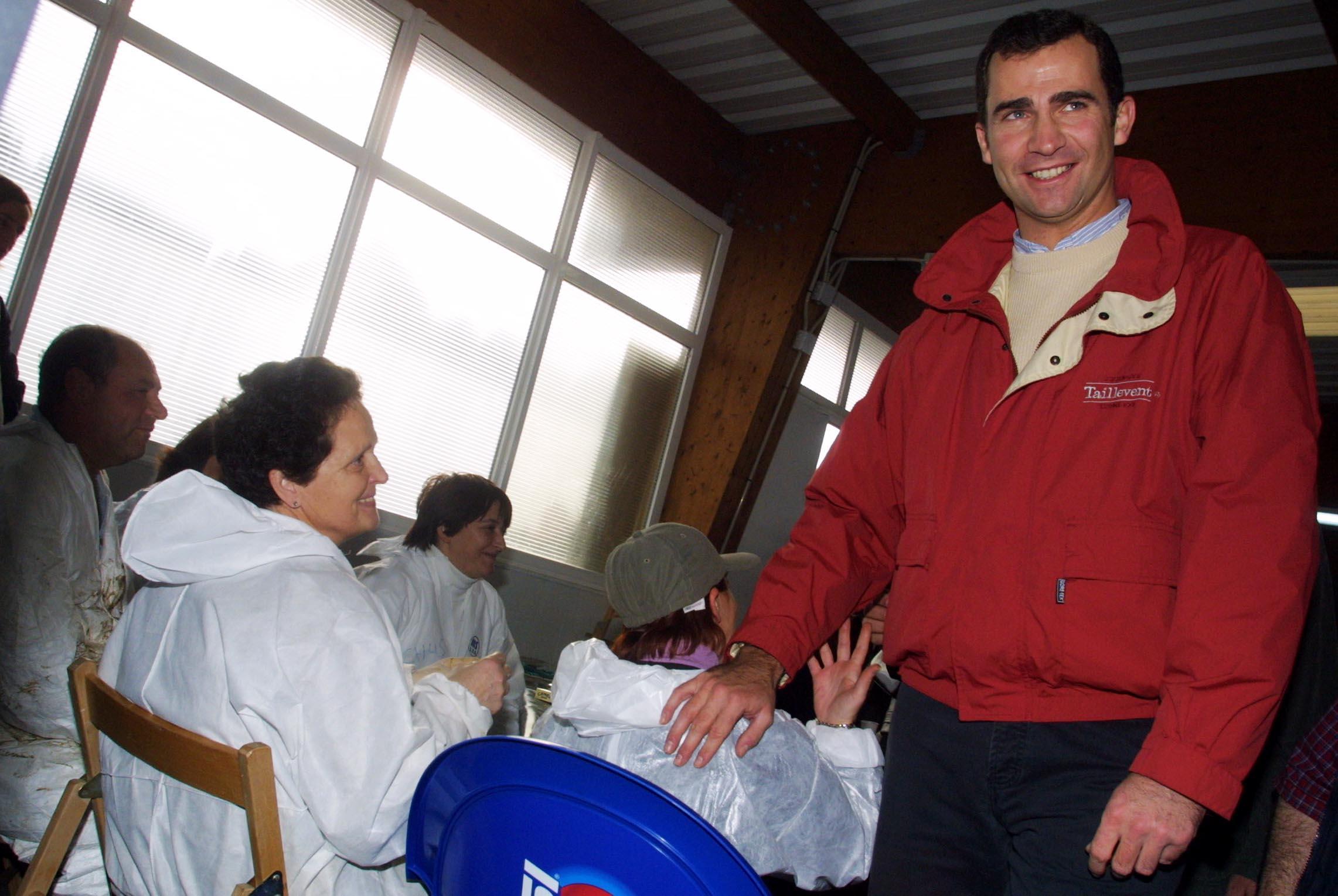 Don Felipe charla con un grupo de voluntarios que descansa en O Grove. <br><b>Vítor Mejuto</b>