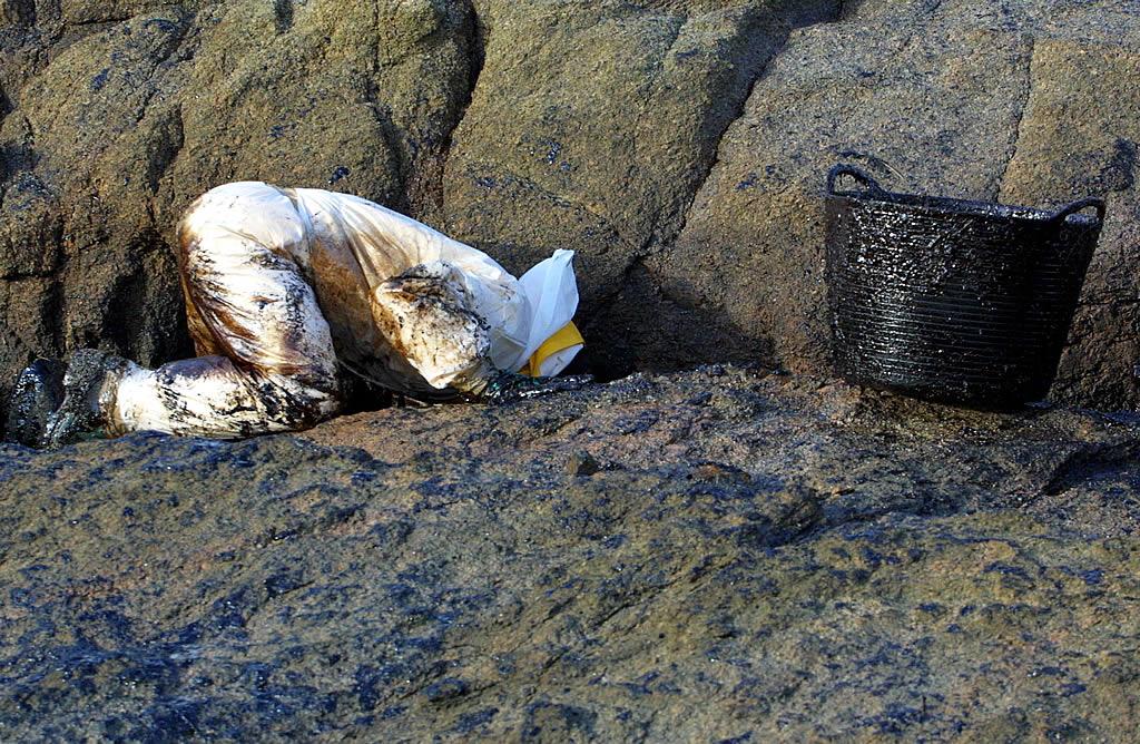 El chapapote llega al interior de las rocas. Hay lugares de muy díficil extracción. Los voluntarios no se arredran.  <br><b>Vítor Mejuto</b>