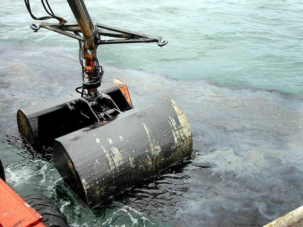 Los bateeiros emplearon las pinzas de sus embarcaciones para retirar el chapapote <br>Vítor Mejuto
