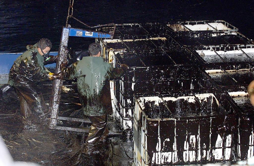 Los contenedores dispuestos para descargar el fuel se llenaron por completo <br>Vítor Mejuto