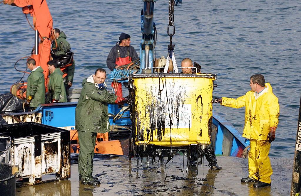 Retirada de contenedores en el puerto de Aguiño <br>Simón Balvís