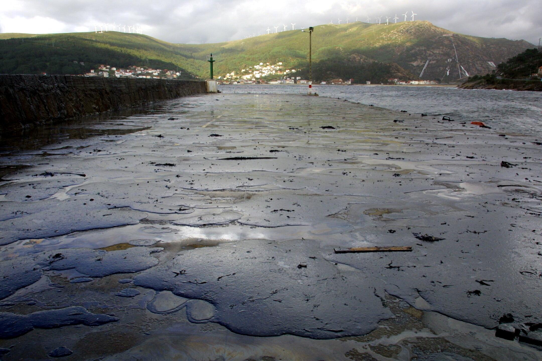 El dique de abrigo de O Pindo, en Carnota, cubierto de petróleo. <br> <b>Simón Balvís</b>