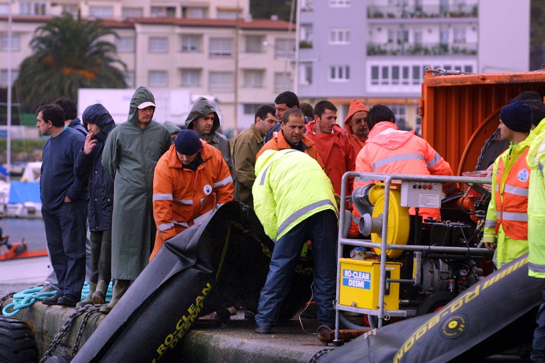 Los marineros de Portosín preparan las barreras.<br><b>Carmela Queijeiro</b>