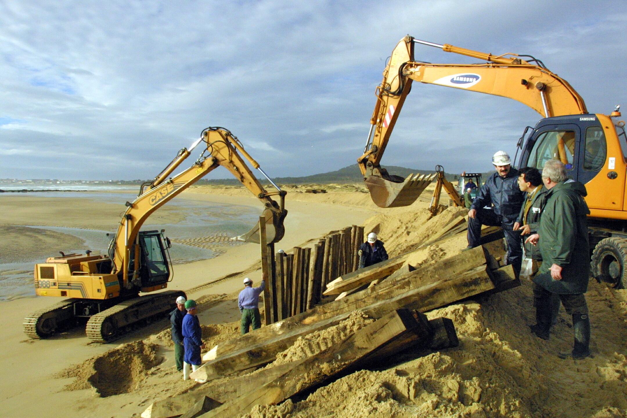 Una excavadora trabaja en Corrubedo. <br><b>Carmela Queijeiro</b>