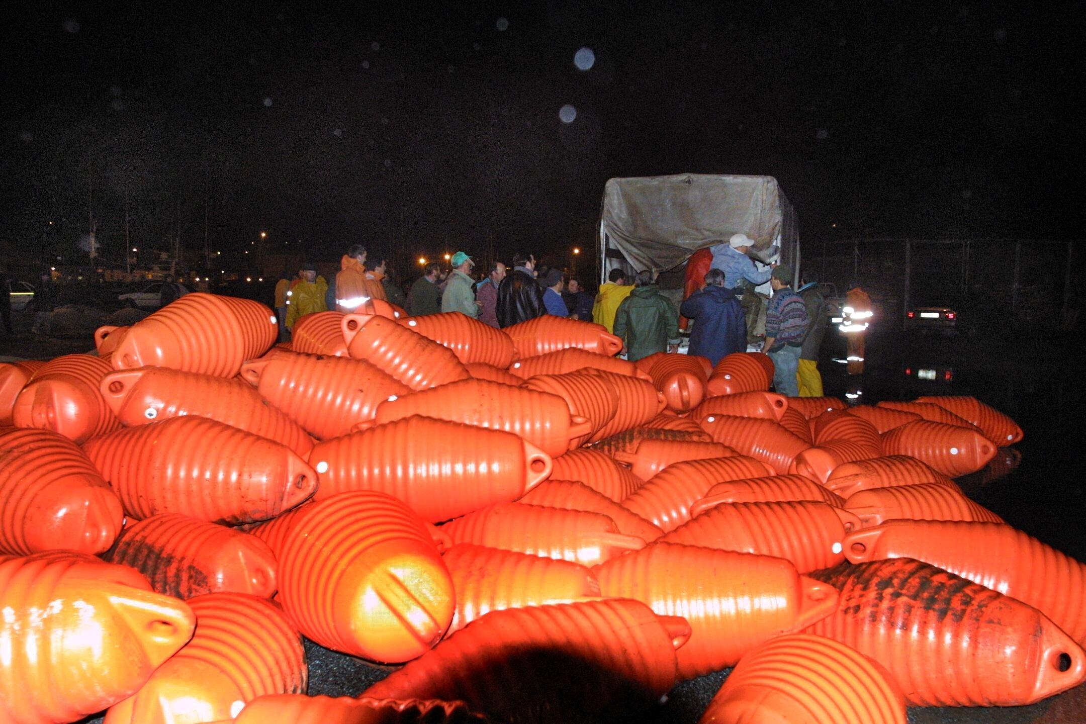 Los pescadores de Portosín trabajaron hasta altas horas de la noche en la elaboración de barreras.<br><b>Carmela Queijeiro</b>
