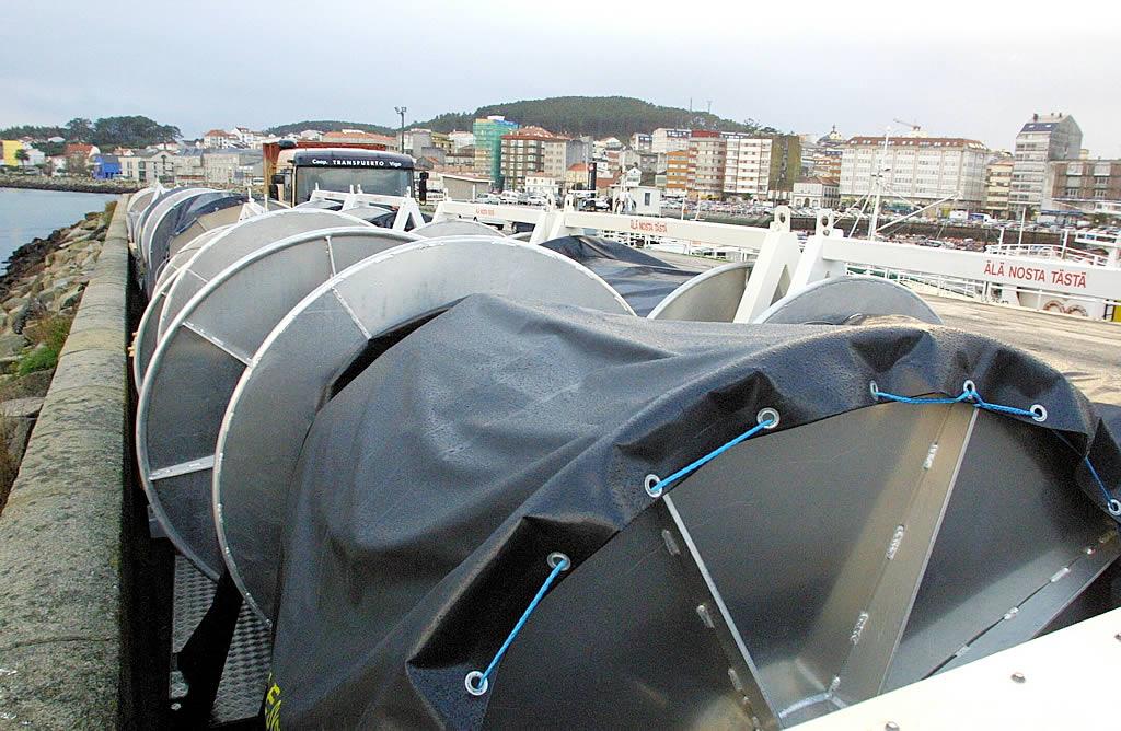 Barreras de protección en el puerto de Ribeira. <br><b>Carmela Queijeiro</b>