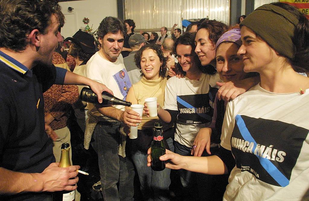 Fiesta de Fin de Año en la lonja de Muxía para los voluntarios que participan en las tareas de limpieza <br>Ana García