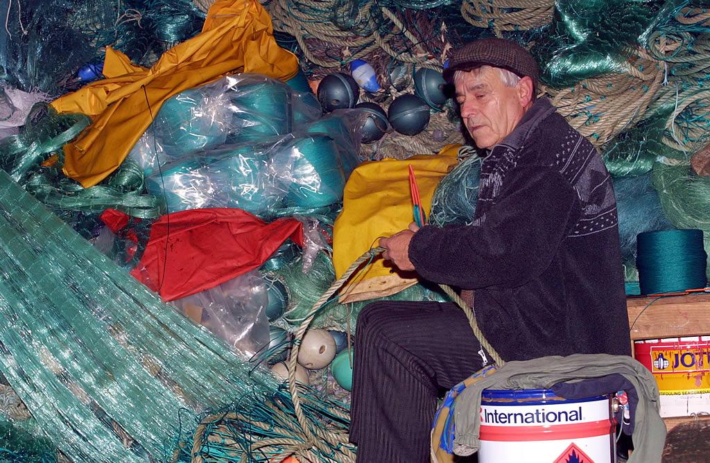 Manuel Fondo, preparando redes en Laxe <br>José Manuel Casal