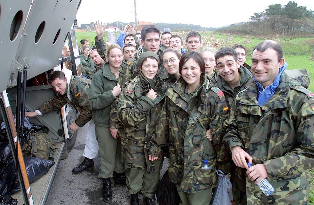 Militares que participan en las tareas de limpieza en Fisterra <br>José Manuel Casal