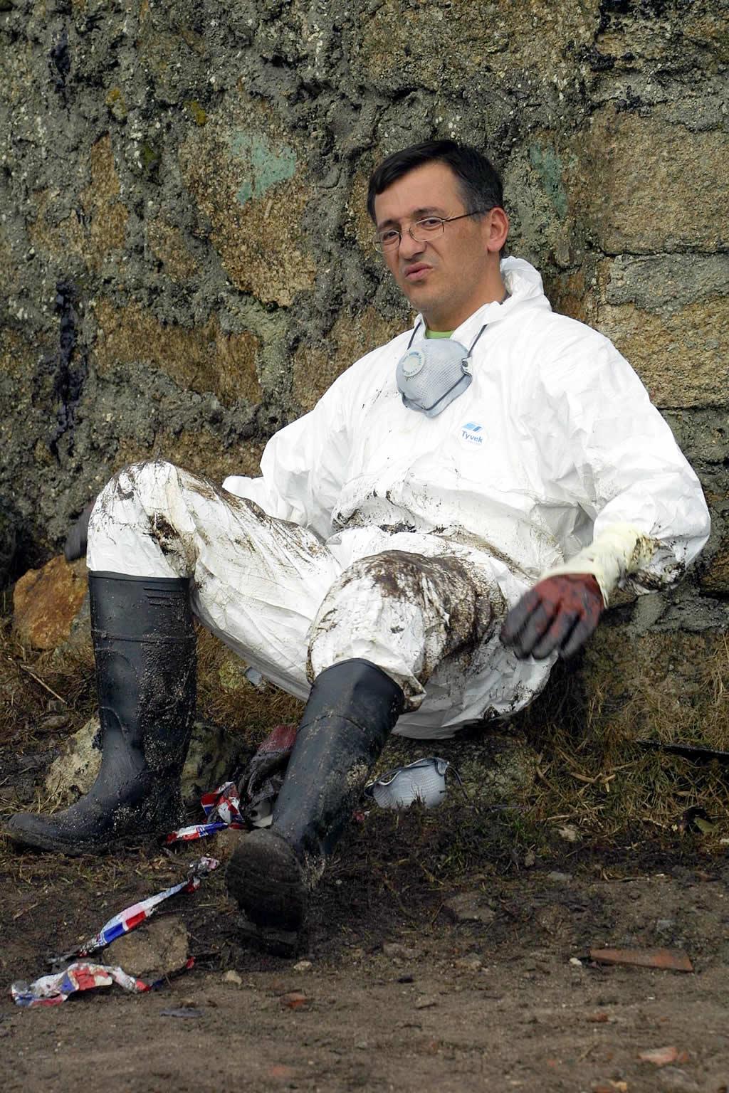 Un voluntario toma aire antes de retomar el trabajo <br>José Manuel Casal