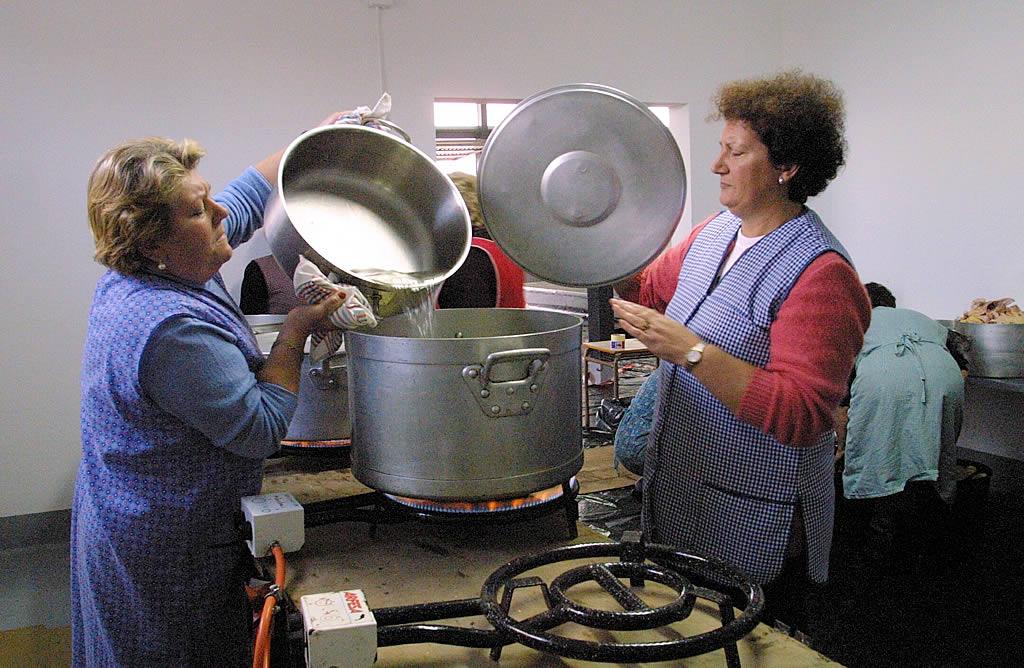 Vecinos de Muxía preparan la comida para los voluntarios <br>José Manuel Casal