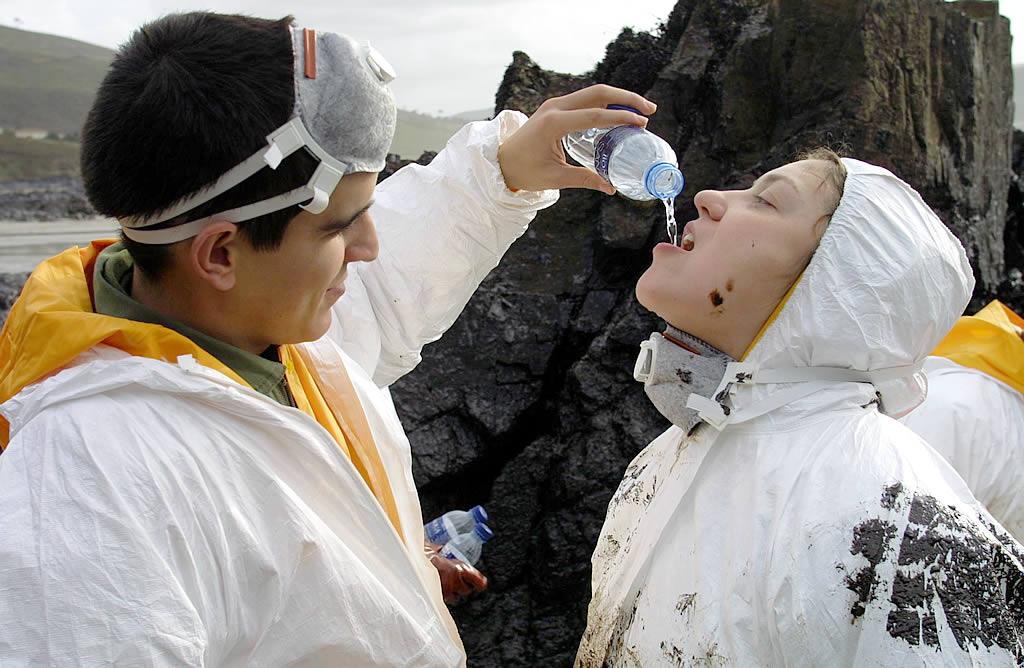 Un soldado de Valladolid facilita  la hidratación a una compañera <br>José Manuel Casal
