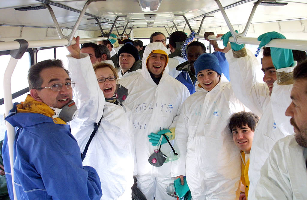 Transporte de los voluntarios en un microbús cedido por Protección Civil de A Coruña a los compañeros de Muxía. <br>José Manuel Casal