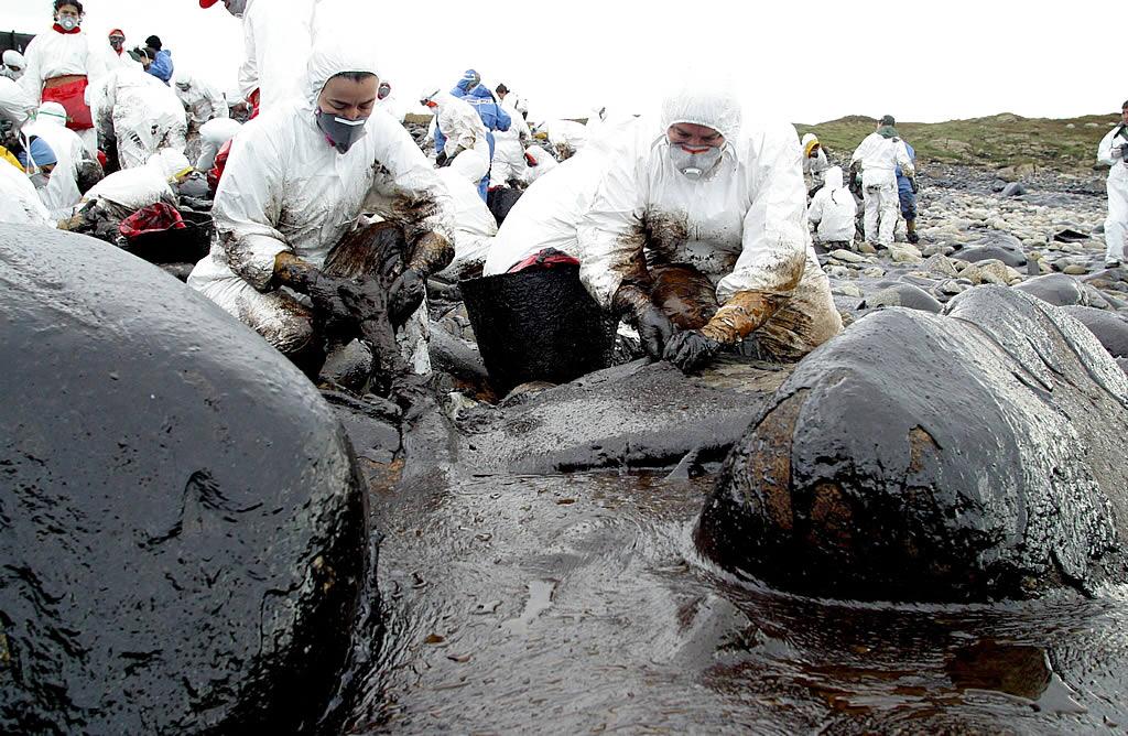 Limpieza de la cala de Cabo Vilán, en Camariñas, totalmente arrasada por el fuel <br>Ana García