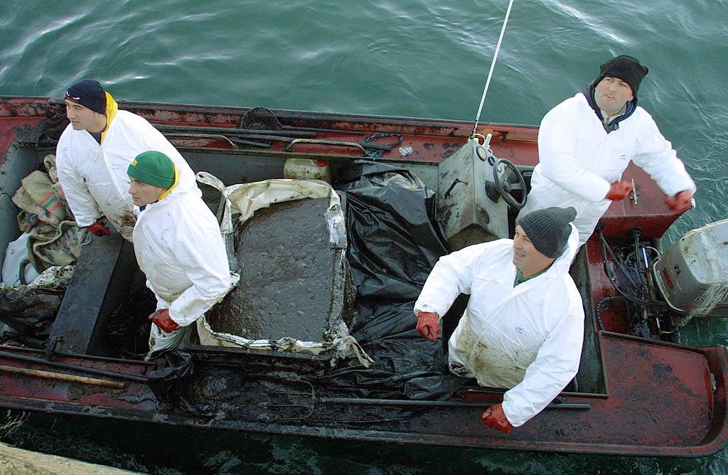 Mariscadores de Fisterra salen a pescar petróleo con material rudimentario <br>José Manuel Casal