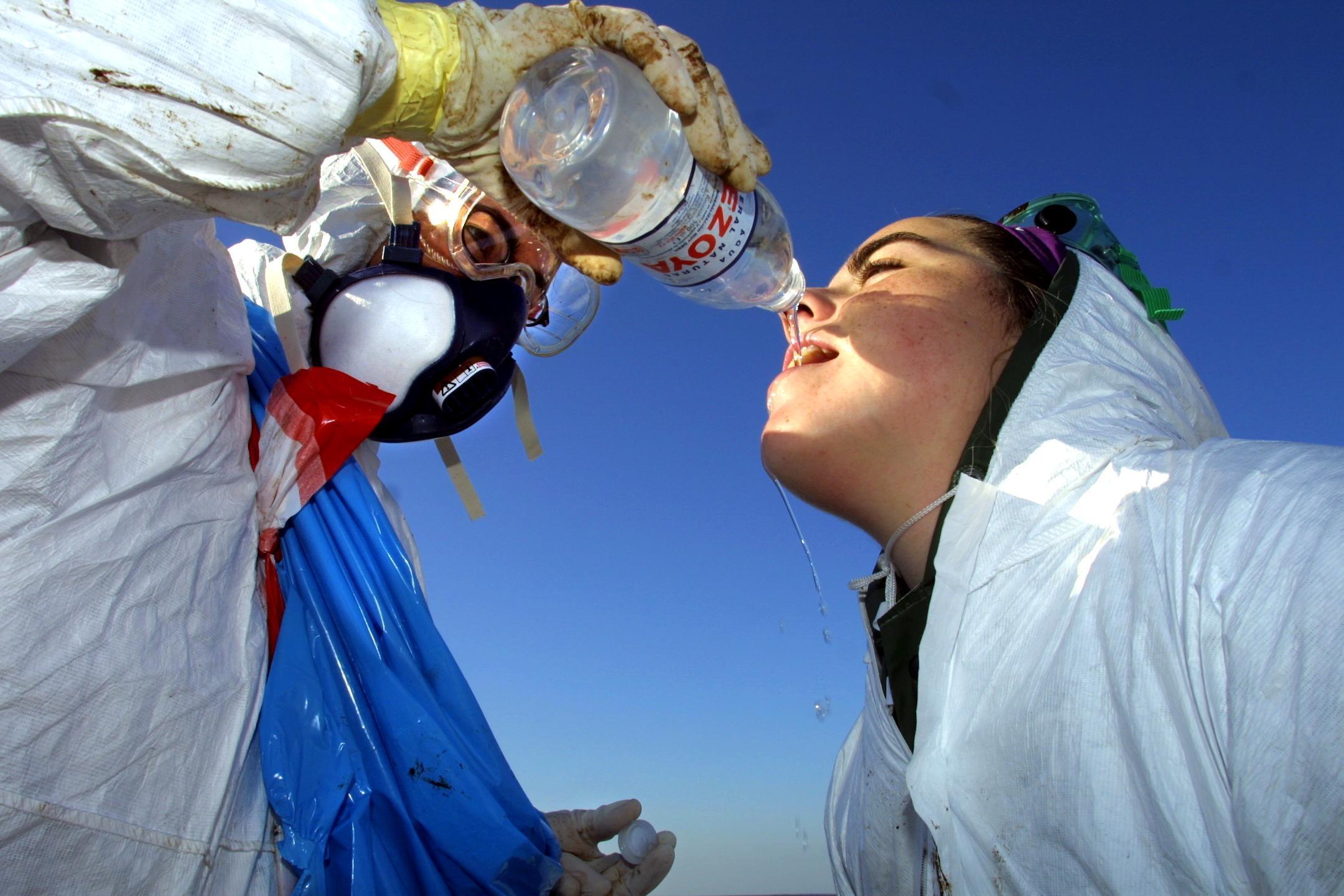 Un joven catalán ayuda a beber a una compañera en Camariñas. <br><b>José Manuel Casal</b>