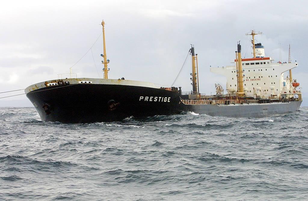 El «Prestige» sufre un grave accidente a pocos  kilómetros de la costa  gallega <br>José Manuel Casal