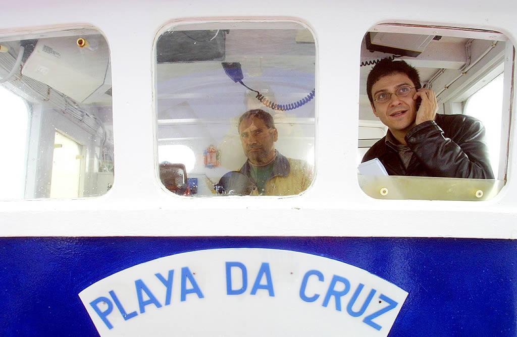 Eduardo Eiroa, periodista de La Voz de Galicia, se sube a  un barco para que lo acerquen al máximo al petrolero averiado <br>José Manuel Casal