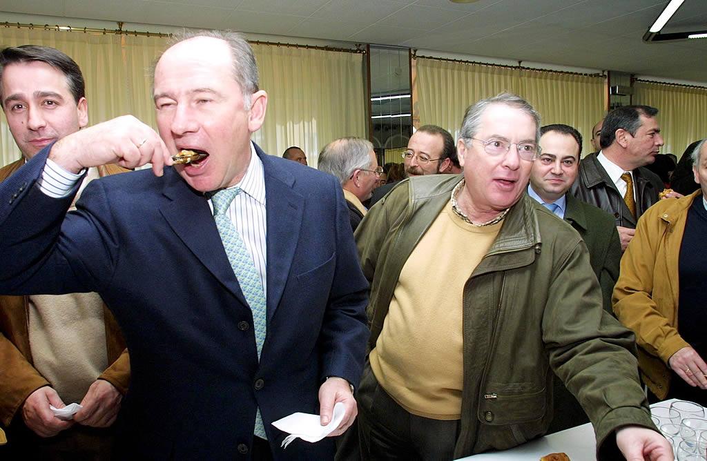 El ministro de Economía Rodrigo Rato en una degustación de mejillones en Fisterra <br>José Manuel Casal