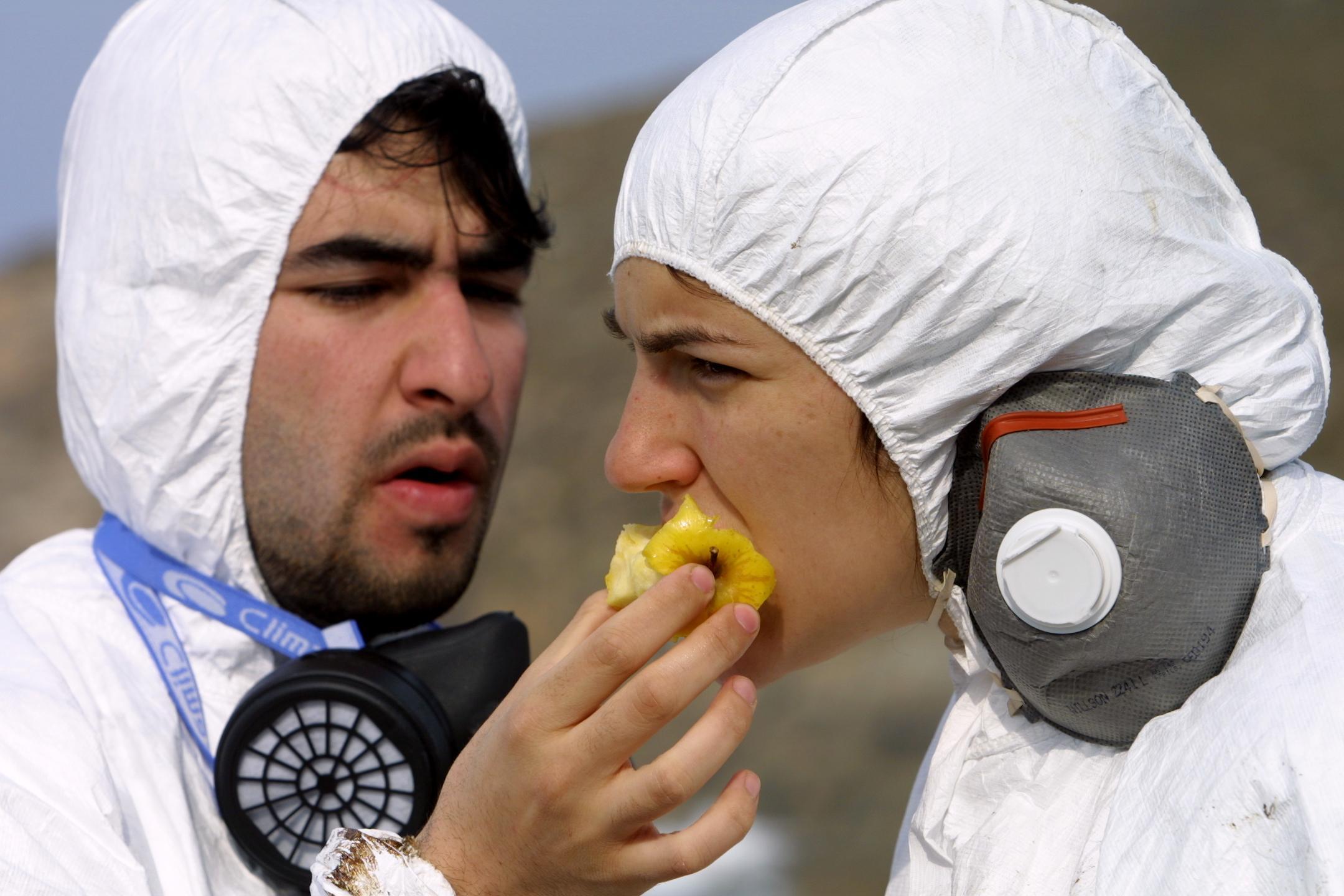 Un joven ayuda a una compañera a comer una manzana en Cuño (Muxía). <br><b>José Manuel Casal</b>