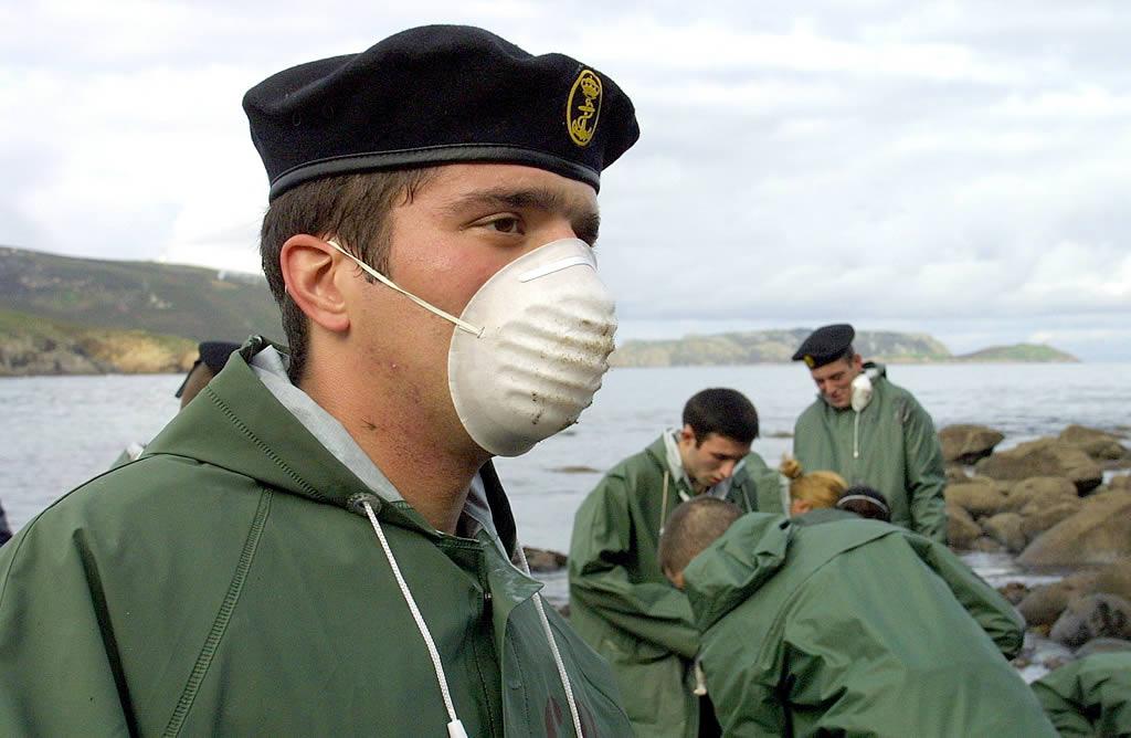 Un pequeño destacamento de militares acude a Galicia a colaborar en las tareas de limpieza <br>José Manuel Casal